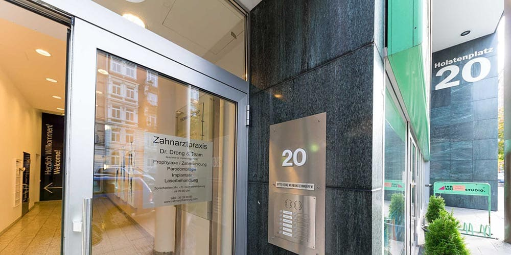 Eingang zur Zahnarztpraxis Dr. Drong für ganzheitliche Mundgesundheit in Hamburg-Altona
