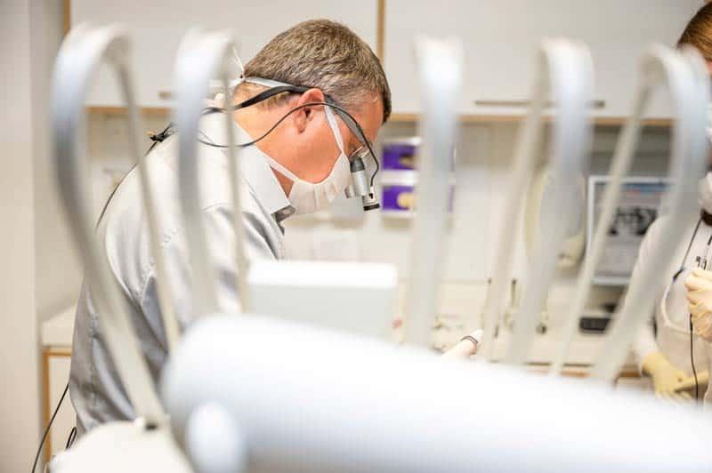 Dr Drong behandelt Patient